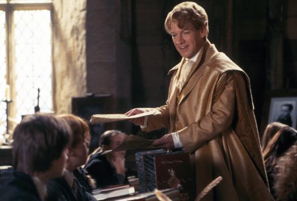 Bild 1 von 19: Der narzisstische Gilderoy Lockhart (Kenneth Branagh), Professor für die Abwehr der dunklen Künste, ist ein aufgeblasener Möchtegern-Zauberer, der sich nur für sich selbst interessiert. Da gerät Hogwarts ins Visier bösartiger Kräfte ...