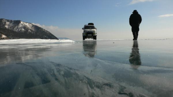 Bild 1 von 5: Im Winter f?hren die Transport- und Gesch?ftswege ?ber das Eis des Baikalsees. Trotz des meterdicken Eises bleibt das Fahren auf dem See ein gro§es Risiko - j?hrlich verungl?cken etliche Autos und ihre Fahrer