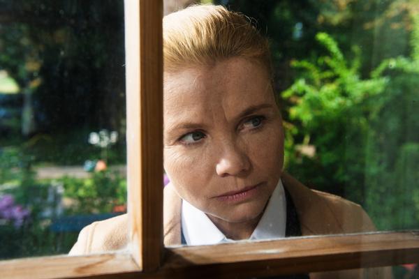 Bild 1 von 14: Ella (Annette Frier) schaut neugierig durch die Fensterscheibe des Hauses, das sie geerbt hat.