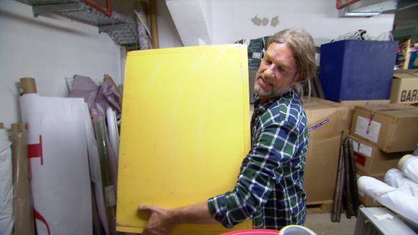 Bild 1 von 6: Thomas Weckerlein versucht sich, in der Rolle des Show-Kandidaten Patrick, als Dekorateur in den Modenhäusern.