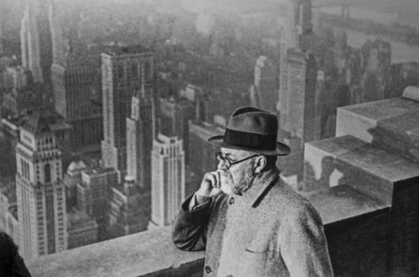 Bild 1 von 5: Henri Matisse auf der Aussichtsplattform eines New Yorker Wolkenkratzers: Die moderne Großstadt mit ihrem gläsernen Licht beeindruckte ihn.
