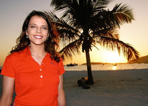 Bild 1 von 3: Moderatorin Mona Vetsch am Strand.