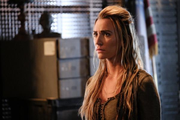 Bild 1 von 11: Niylah (Jessica Harmon) muss mitansehen, wie sich die Wut der Männer und Frauen der Skaikru gegen Ilian ins Unermessliche steigert. Unterdessen müssen Clarke, Bellamy, Roan und Raven einen herben Rückschlag verkraften ...