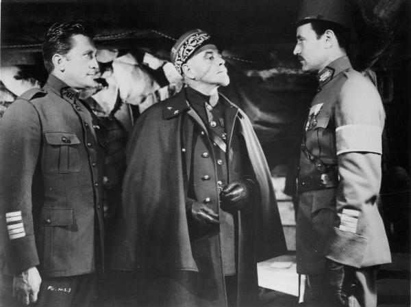 Bild 1 von 3: Der Brigade-General Paul Mireau (George Macready, Mitte) und Kommandant Saint-Auban (Richard Anderson, rechts) sind bereit, ein Exempel zu statuieren mit willkürlich ausgewählten Männern. Colonel Dax (Kirk Douglas) verfolgt angespannt die Diskussion.