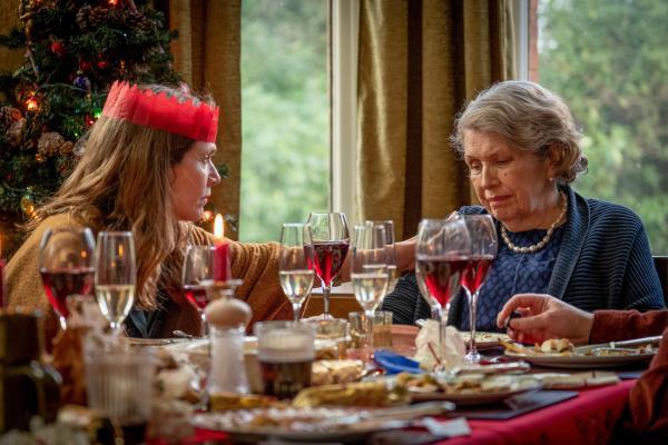 Bild 1 von 3: Edith Lyons (Jessica Hynes, l.) erfährt von mysteriösen Geschichten über Menschen in England, die vom Erdboden verschwunden sind und Muriel Deacon (Anne Reid, r.) macht sich große Sorgen.