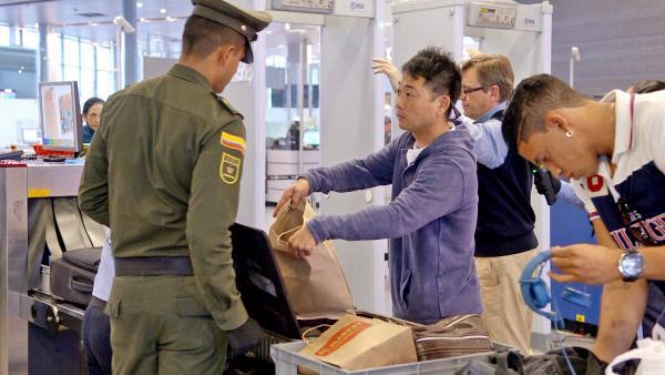 Bild 1 von 3: Die Beamten kontollieren das Gepäck.
