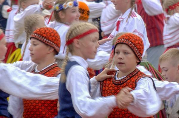 Bild 1 von 3: Auch die Kleinen tanzen mit: Tanz- und Sängerfest in Estland.