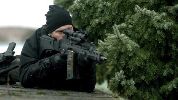Bild 1 von 10: Die Operation wird mit Vidar (Mårten Svedberg) als Scharfschützen gut abgesichert.