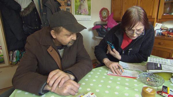 Bild 1 von 3: Schock für Dagmar: Die 64-Jährige bekommt eine Stromrechnung über 3000 Euro und der Energieversorger droht ihr, den elektrischen Anschluss abzustellen. Als wäre das nicht genug, warten in der Wohnung ihres Nachbarn Johann unfassbare Zustände auf sie...