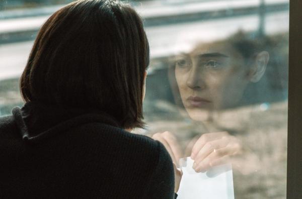 Bild 1 von 5: Sehnaz (Funda Eryigit) beginnt nach ihren Gesprächen mit Elmas, ihre eigene Ehe in Frage zu stellen.