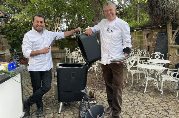 Bild 1 von 2: Rainer Holzhauer (re.), gelernter Koch und Gastronom aus dem nordhessische Bad Emstal, fordert Profikoch Ali Güngörmüs aus München zur Koch-Challenge heraus.