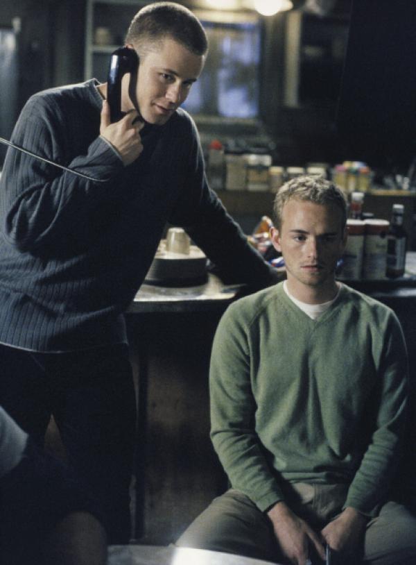 Bild 1 von 12: Francis (Christopher Masterson, r.) ist sprachlos, als er erfährt, was Eric (Eric Nenninger, l.) am Telefon erzählt ..