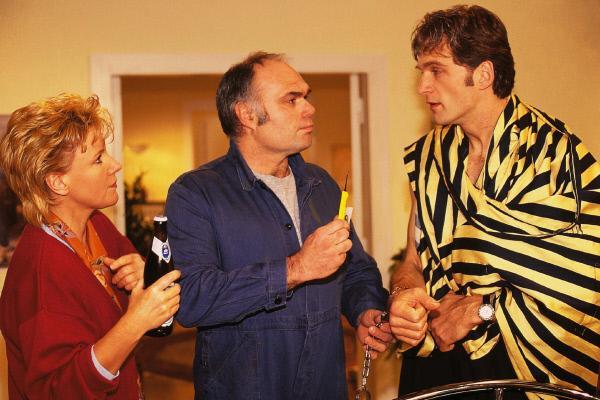 Bild 1 von 7: Schlosser Strauss (Ludger Burmann, Mi.) soll Dr. Schmidt (Walter Sittler) von seinen Handschellen befreien. Nikola (Mariele Millowitsch) assistiert.