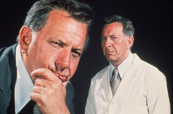 Bild 1 von 18: Regelmäßig und sobald ihn der leiseste Verdacht beschleicht, ermittelt Gerichtsmediziner Dr. Quincy (Jack Klugman) vor Ort und setzt alles daran, die Wahrheit ans Licht zu bringen ...