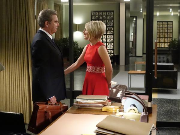 Bild 1 von 5: Betty (Annaleigh Ashford) bittet Scully (Beau Bridges), die Schwangerschaft ihrer Freundin Helen als Arzt zu begleiten.