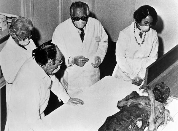 Bild 1 von 1: Offizielle Kommission unter Leitung von Prof. Ballough (2.v.r.) vom Völkerkundemuseum des Lomore (ägyptische Abteilung), die 1976 eine Mumie untersucht.