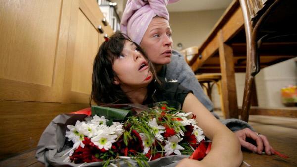 Bild 1 von 1: Am Valentinstag bekommen Barbara und Isabell Blumen von einem unbekannten Absender.