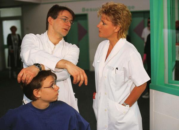 Bild 1 von 7: Mit Hilfe eines jungen Patienten (Matthias Ruschke, l.) versucht Dr. Hauser (Max Herbrechter, M.) Nikolas (Mariele Millowitsch) Herz zu erobern.