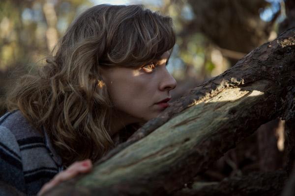 Bild 1 von 5: Mie D'Haeze (Veerle Baetens) beobachtet einen unheimlichen Mann mit einem Gewehr im Wald.