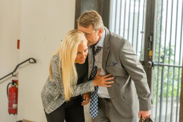 Bild 1 von 10: Bevor Horst Moltke (René Heinersdorff, r.) im Polizeipräsidium sterbend zusammenbricht, kann er Staatsanwältin Ellen Bannenberg (Janine Kunze, l.) noch etwas anvertrauen.