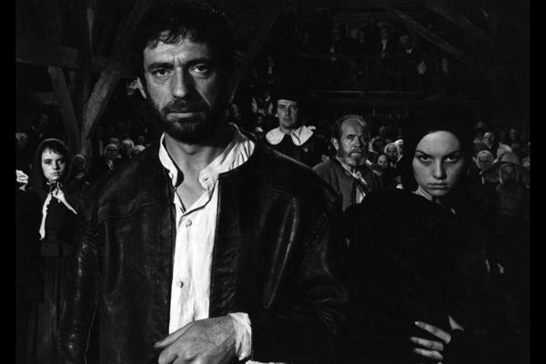 Bild 1 von 6: Bei der Verhandlung wegen Hexerei gibt John Proctor (Yves Montand) zu, ein Ehebrecher zu sein und dass er eine Affäre mit Abigail (Mylène Demongeot, re.) hatte.