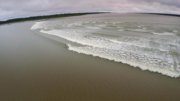 Bild 1 von 4: Wenn die gefürchtete Riesenwelle Pororoca über den Amazonas donnert, flüchten die Einheimischen. Für Supersurfer Sergeno Laus dagegen fängt dann der Spaß erst an.