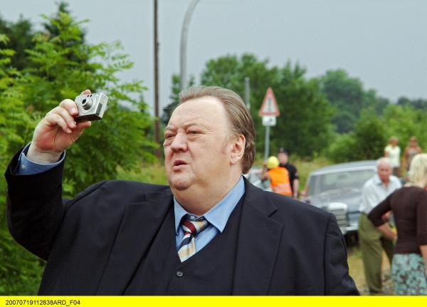 Bild 1 von 2: Gregor Ehrenberg (Dieter Pfaff) macht Fotos am Tatort.