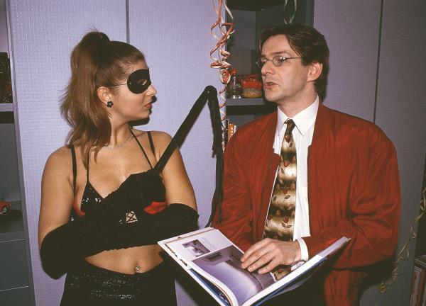 Bild 1 von 11: Auf Hausers (Max Herbrechter) Junggesellen-Party wird der angehende Ehemann von der Stripperin stark verunsichert, doch er versucht seine Unsicherheit zu überspielen.