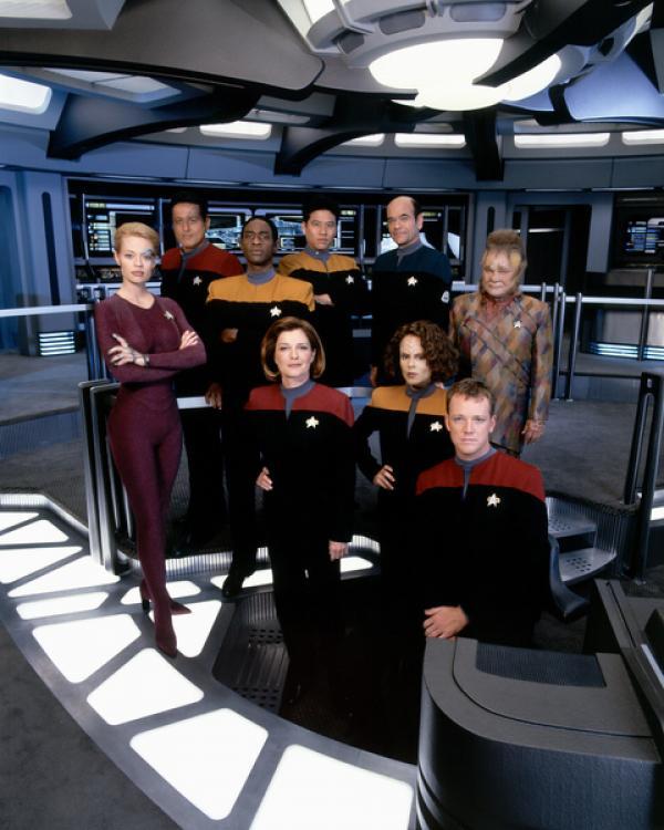 Bild 1 von 5: Gemeinsam mit den verfeindeten Maquis ist die Crew der Voyager von einem fremden Wesen 70.000 Lichtjahre von der Erde entfernt in eine unbekannte Milchstraße des Delta Quadranten geschleudert worden.