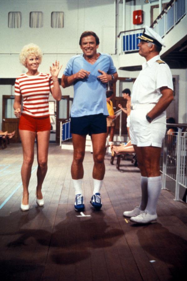 Bild 1 von 12: (4. Staffel) - Für die Gäste, wie auch die Besatzung um Kapitän Merill Stubing (Gavin MacLeod, r.), ist der Aufenthalt auf der Pacific Princess immer ein Erlebnis ...