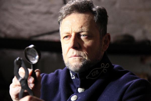 Bild 1 von 10: Henry Goddard (Rainer Koschorz) entdeckt erstmals winzige Details auf einem Geschoss und wird so zu einem der Vorreiter der forensischen Ballistik.