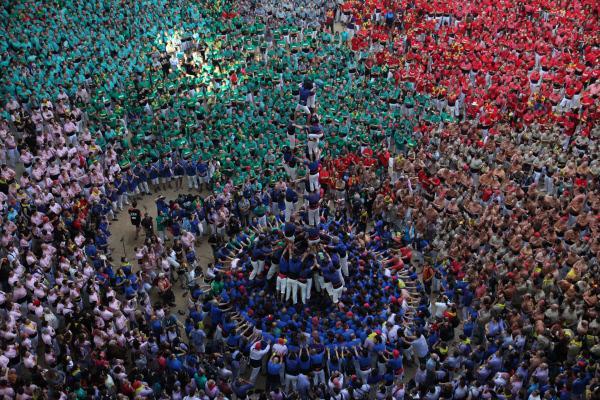 Bild 1 von 6: Der Kreis ist die stabilste Grundform: Das wissen auch die Mannschaften der nordspanischen Castellers. Ihre vielgestaltigen Menschentürme stützen sich auf ein rundes Fundament.