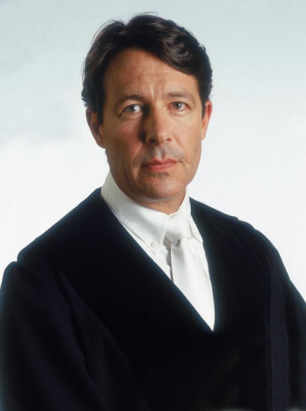 Bild 1 von 4: Ulrich Wetzel ist der vorsitzende Richter in der Gerichtssendung. Er verhandelt schwere Delikte wie fahrlässige Tötung, Brandstiftung oder Diebstahl.