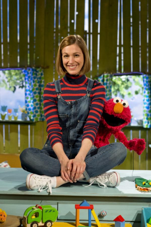 Bild 1 von 5: Julia will wissen, was Elmo hat.