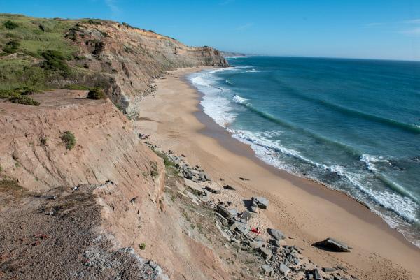 Bild 1 von 11: Die Küste Portugals ist mehr als 150 Millionen Jahre alt. Wissenschaftler legen hier gigantische Dinosaurierknochen frei. Eine der reichhaltigsten Fundstellen in Europa.