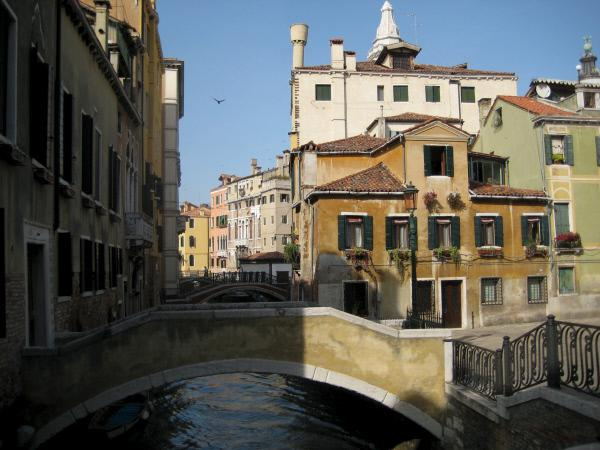 Bild 1 von 9: Venedig, La Serenissima - ein Superbau auf Stelzen. Eine Stadt im Wasser, errichtet auf Millionen von Holzpfählen in einer flachen Lagune. Von so vielen Besuchern aufgesucht wie kaum eine andere Stadt der Welt und derart beliebt, dass in Las Vegas eine Kopie erbaut wurde.