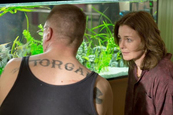Bild 1 von 4: Herbert (Peter Kurth) zeigt Marlene (Lina Wendel) seine Fische.