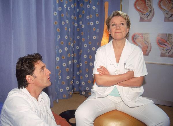 Bild 1 von 7: Dr. Schmidt (Walter Sittler) muss vor Nicola (Mariele Millowitsch) kriechen: er hebt das Stationsverbot für sie wieder auf, wenn sie nur mit hinunter kommt und den kleinen Jungen beruhigt, der alle beisst, die in seine Nähe kommen.