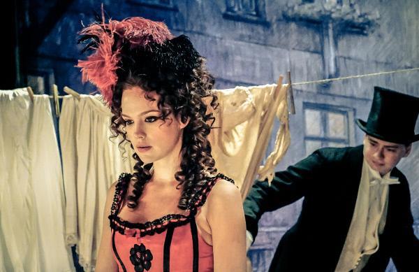 Bild 1 von 11: Hedwig Freiberg (Emilia Schüle) ist in ganz Berlin wegen ihrer Affäre mit Koch in Verruf geraten. Sie wird auf offener Bühne ausgebuht.