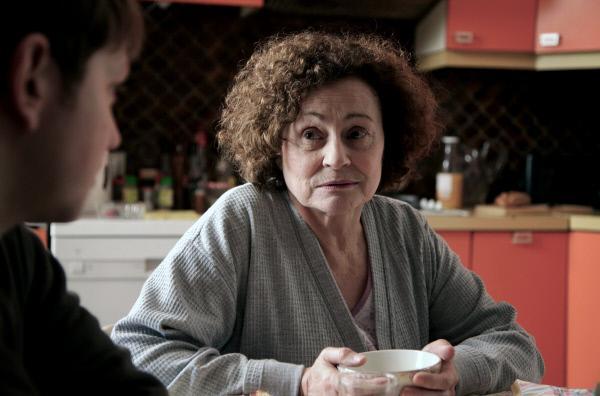 Bild 1 von 6: Manou (Catherine Arditi) ist als Witwe einer späten zweiten Ehe sehr wohlhabend geworden.