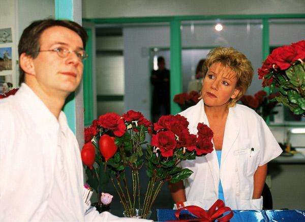 Bild 1 von 7: Langsam ahnt Nikola (Mariele Millowitsch), dass es sich bei dem heimlichen Rosenkavalier um den schüchternen Dr. Hauser (Max Herbrechter) handelt.
