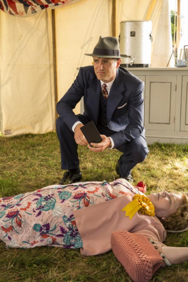 Bild 1 von 6: Inspector Sullivan (Tom Chambers) untersucht die Leiche von Mrs. Bunyon (Annette Badland).