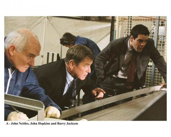 Bild 1 von 2: Dr. Bullard (Barry Jackson, l.), DCI Tom Barnaby (John Nettles, M.) und DS Dan Scott (John Hopkins, r.).