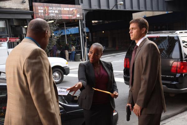 Bild 1 von 7: Vivian (Marianne Jean-Baptiste, M.) und Martin (Eric Close, r.) stellen Arthur Riggs (Michael Dorn, l.), der gerade mit einem Geldkoffer unterwegs ist ...