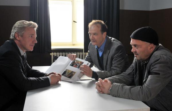 Bild 1 von 6: Können die Polizisten Otto Garber (Florian Martens, r.) und Reddemann (Arnfried Lerche, M.) den verdächtigen Richard Pehlke (Jörg Schüttauf, l.) an die Wand nageln?