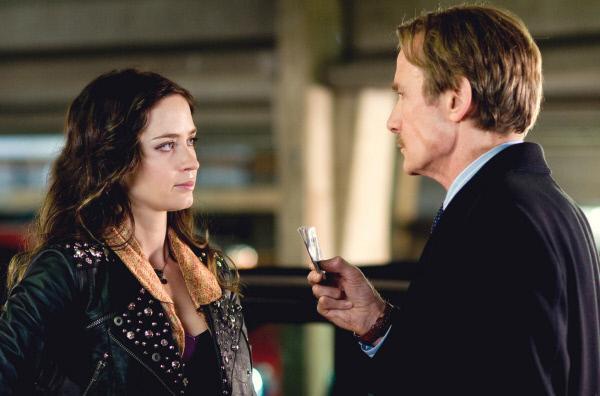 Bild 1 von 8: Die Gaunerin Rose (Emily Blunt) heuert den Killer Victor Maynard (Bill Nighy) als Bodyguard an.