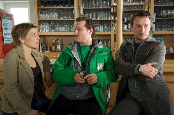 Bild 1 von 6: Katrin (Claudia Schmutzler, l.) und Sven (Michael Härle, r.) vernehmen den Trainer (Dirk Borchardt, M.) des Fußballvereins \