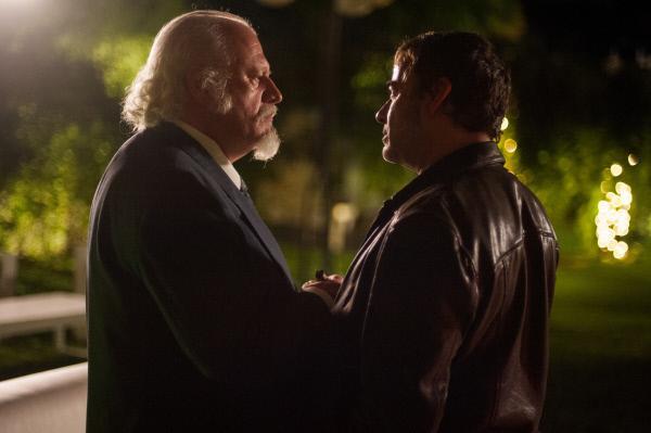 Bild 1 von 5: Von Hector (Eduard Fernández,r.) in die Zange genommen, erkennt Don Fausto ( Juan Echanove, l.), dass die Luft für ihn dünner wird