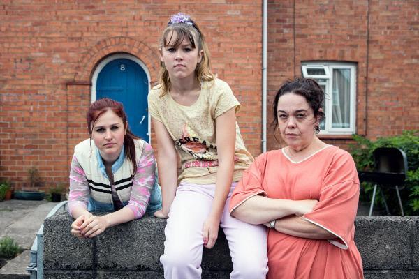 Bild 1 von 1: Die 15-jährige Amber (Ria Zmitrowicz, li.) und ihre Schwester Ruby (Liv Hill, Mi.) leben wieder bei ihrer Mutter Lorna (Lisa Riley, re.).