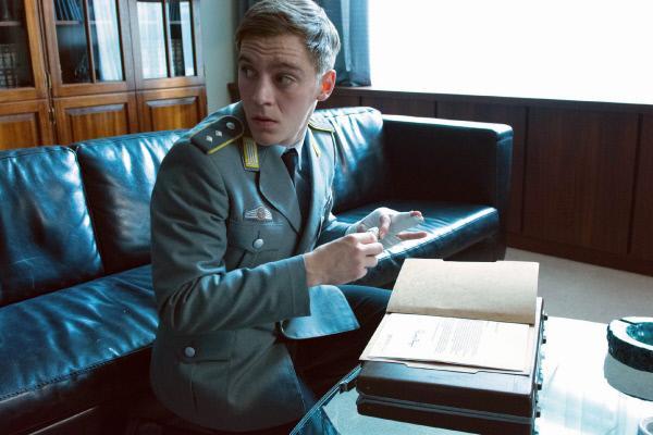 Bild 1 von 18: Während des Besuchs eines hohen US-Generals bei seinem Amtskollegen in Deutschland, nutzt DDR-Spion Martin Rauch alias Moritz Stamm (Jonas Nay) die Gelegenheit, streng geheime Papiere abzufotografieren.